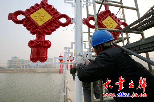 此次安装的94个中国结将在三天内完成,为港城增添了的一笔浓厚的春节图片