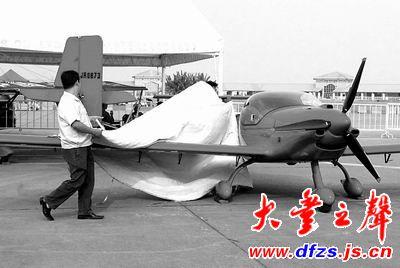 2公斤,有效载荷为100公斤,机身长4.2米,机宽1.8米.