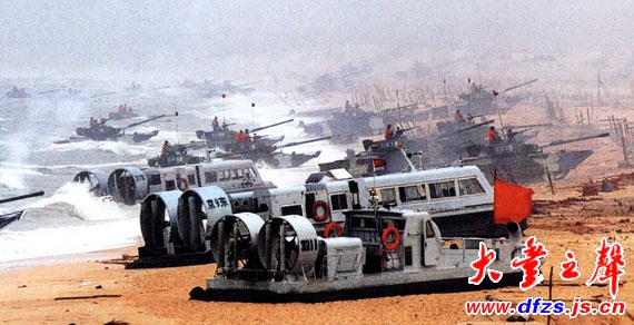 图文:解放军东山岛演习中气垫船冲上滩头