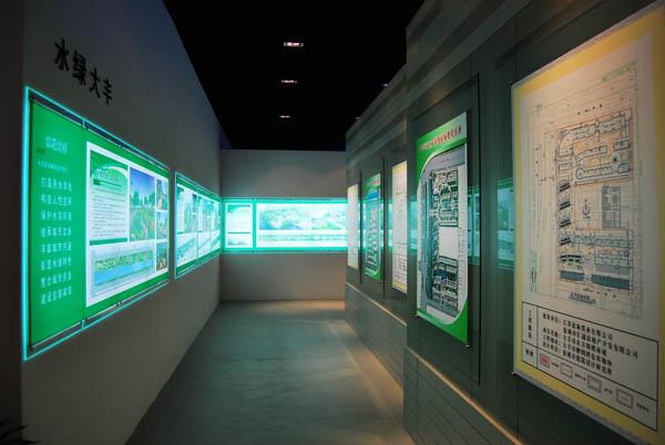 """隧道,里面分别设置着""""水绿大丰"""",""""城市专项规划"""",""""时光长廊""""等展览."""